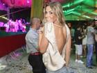 Robertha Portella exibe as costas na noite carioca