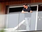 Robert Downey Jr. fuma em varanda de hotel e aprecia vista do Rio