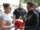 Robert Downey Jr. é assediado e dá autógrafos na porta de hotel