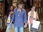 Isis Valverde e o namorado vão às compras em shopping do Rio