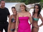 Daniela Mercury é cercada por fãs durante sessão de fotos