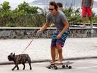 Paulinho Vilhena anda de skate e passeia com cão ao mesmo tempo