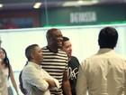Anderson Silva é assediado por fãs durante passeio em shopping