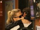 Fiorella Matheis e Flavio Canto beijam muito durante passeio no Rio