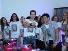 Marido da BBB Fabiana reúne amigos para assistir à estreia do programa