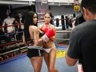 Ring girls do UFC posam para o Paparazzo. Veja foto do making of