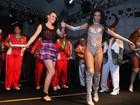 Meio sem jeito, ex-BBB Diana samba em ensaio da Grande Rio