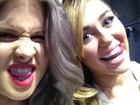 Kelly Osbourne e Miley Cyrus fazem careta em bastidores de evento