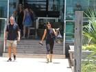 Juliana Paes vai a academia no Rio com macacão coladinho