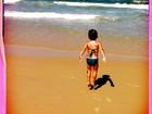Alessandra Ambrósio posta foto da filha 'pulando onda' na praia