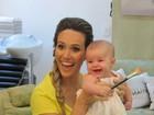 Fernanda Pontes leva a filha ao salão de beleza pela primeira vez