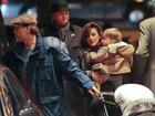 Penélope Cruz e Javier Bardem levam filho para passear em Londres