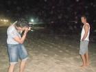 Carlos Machado posa para fotos em praia carioca
