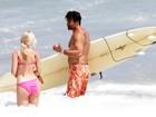 Depois de surfar, Luciano Szafir curte praia com a namorada no Rio