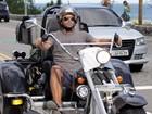Henri Castelli passeia de triciclo pela orla do Rio