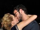Mariana Ximenes dá beijão no namorado após estreia de peça