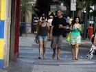 Alessandra Negrini passeia com o novo namorado no Rio