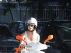 Fiorella Mattheis circula de moto no Rio