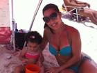 Scheila Carvalho curte praia no Rio com a fiha