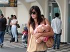 Ex-BBB Talula desembarca em São Paulo com almofadinha a tiracolo