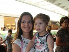 Viviane Victorette e Isabela Garcia levam filhos ao teatro