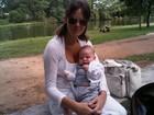Letícia Birkheuer passeia com o filho no Parque do Ibirapuera
