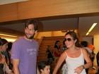 Adriana Esteves e Vladimir Brichta levam filho ao teatro