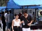 Débora Falabella vai a feira de antiguidades com filha e namorado
