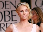 Charlize Theron adota um menino