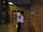 Ex-BBBs Rodrigão e Adriana trocam beijo apaixonado em shopping no Rio