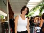 Deborah Secco confere peça infantil no Rio