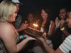 Ex-BBB Paulinha comemora aniversário em boate carioca