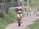 Juliana Didone anda de bike no Rio sem segurar o guidão