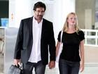 Luciano Szafir circula por aeroporto com a namorada