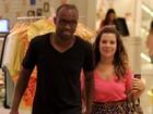 Fernanda Souza e Thiaguinho passeiam de mãos dadas no Rio
