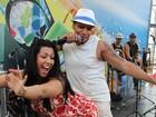 Mulher Moranguinho faz dança sexy com Naldo em show