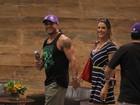 Vítor Belfort e Joana Prado passeiam em shopping carioca