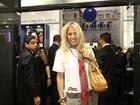 Adriane Galisteu vai a feira de calçados em São Paulo