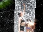 Florence Welch toma banho de cachoeira no Rio