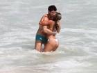 Ex-BBBs Adriana e Rodrigão trocam beijos em praia carioca