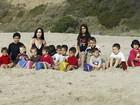 'Octomãe' Nadya Suleman leva os filhos à praia em Los Angeles