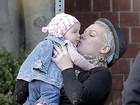 Pink dá beijinhos na filha durante passeio em Los Angeles