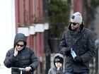 Acompanhado da mulher, Hugh Jackman leva a filha a escola