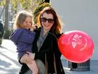 Grávida, atriz de 'American Pie' passeia com a filha e ajuda sem-teto