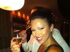 Se isso é estar na pior... Ariadna bebe champagne em jantar com amigos
