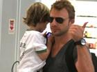 Cássio Reis mostra que é um paizão e carrega filho no colo em aeroporto
