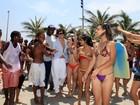 Caio Castro é cercado por fãs em ensaio fotográfico na praia