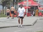 Marcos Paulo caminha na orla da Barra da Tijuca, no Rio