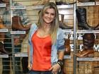 Com as coxas à mostra, Mirella Santos lança botas em feira