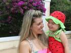 Ex-paquita veste a filha de moranguinho para banho de piscina